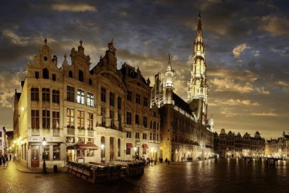 Municipio-di-Bruxelles-by-night-Belgio-614x410